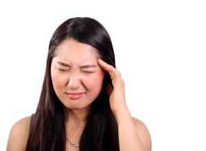 Bolest hlavy je jedním z nepříjemných projevů zadní rýmy.