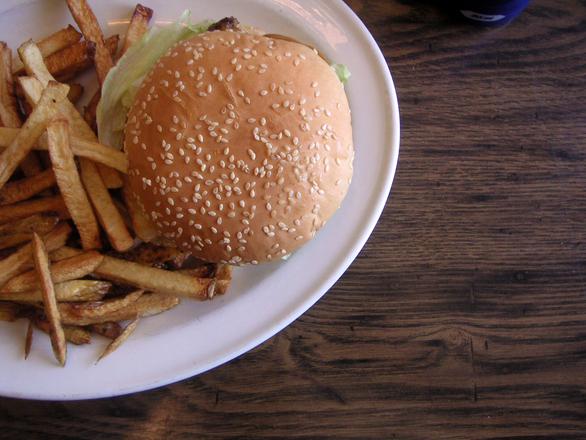 Velmi častou příčinou dyspepsie je nevhodný způsob stravování.