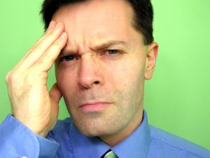 Bolest krční páteře často doplňuje bolest hlavy.