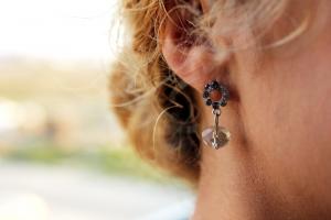 Píchání v uchu často bývá signálem ušního zánětu.