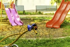 U dětí může dojít k otřesu mozku následkem pádu ze skluzavky nebo prolézačky.