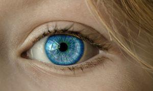 řezání v oku
