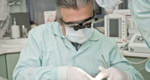 ulomený zub