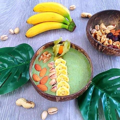 Krásná Smoothie bowl s ořechy, baby banány a mangem